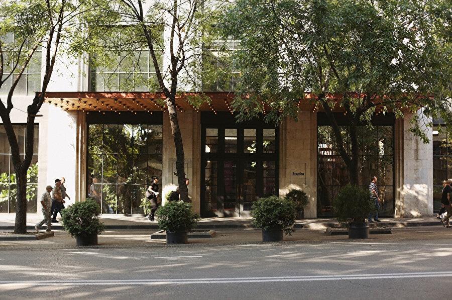 Geniş bir saçakla otelin ana girişi vurgulanıyor.