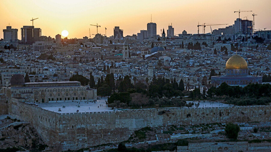 Bunlara ek olarak söz konusu projenin uygulanması işgal altındaki Doğu Kudüs'teki gayrimenkuller için İsrail hükümetine ağır vergiler ödenmesini öngörüyor.