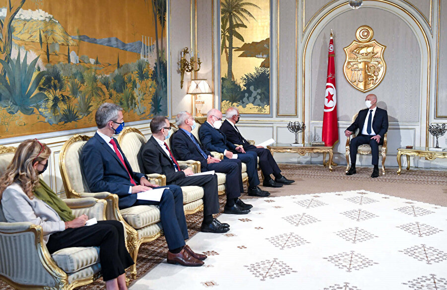 AB temsilcilerini Kartaca Sarayı'nda ağırlayan Kays Said.