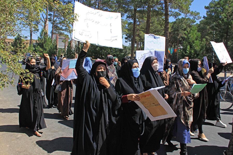 Taliban'ı protesto eden Afgan kadınlar.