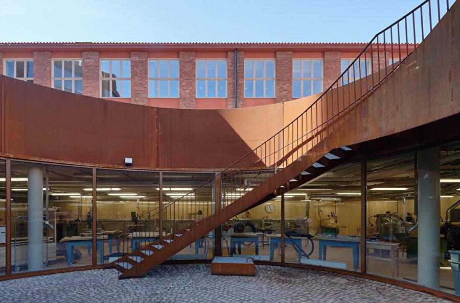 Mimarlık Okulu'nun iç avlusu.