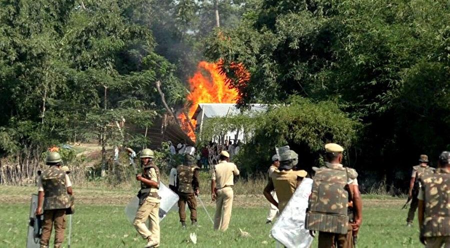 Assam'da yaşayan Müslüman aileler onlarca yıldır yaşadıkları evlerden ve arazilerden bir gecede polis zoruyla çıkarıldılar.