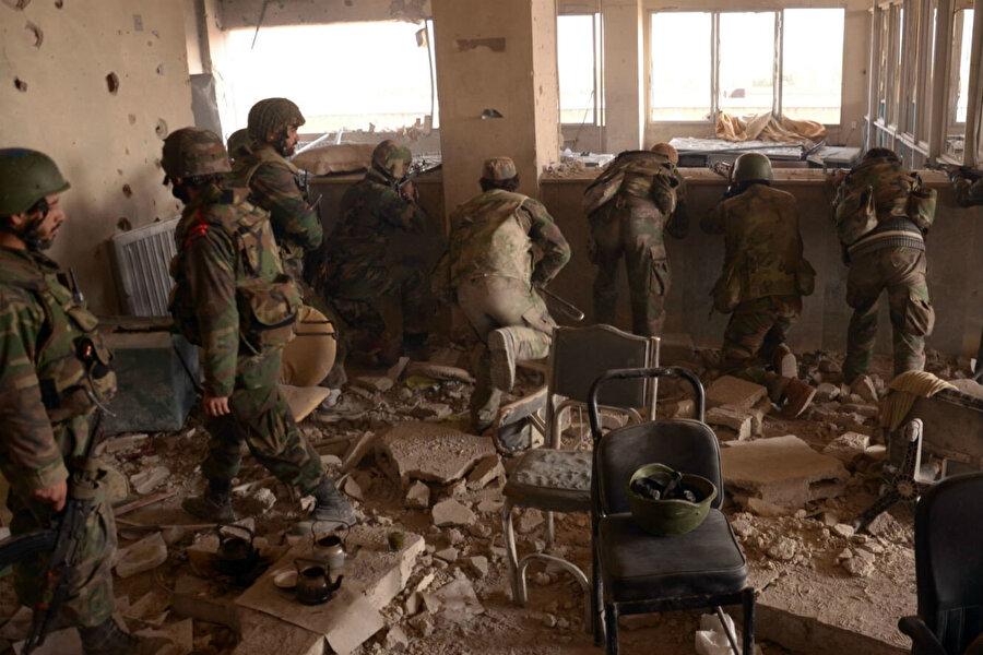 2020 Haziran ayında ABD, altı yıl önce Suriye hapishanelerindeki işkence kurbanlarının on binlerce fotoğrafını sızdıran bir Suriyeli subayın adını taşıyan sert yaptırımlar dizisi nedeniyle zor durumda olan rejim ekonomisi için askerlik muafiyet bedelinin önemli bir ekonomik kaynak olduğu yorumları yapılıyor.