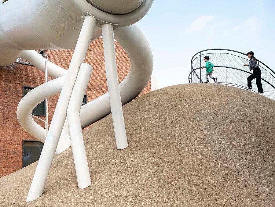 WAA, küçük çocuklar arasında ve sokak oyunlarında yaygın olarak görülen özellikleri, temaları ve etkinlikleri yansıtan ve destekleyen alanlar tasarlıyor.