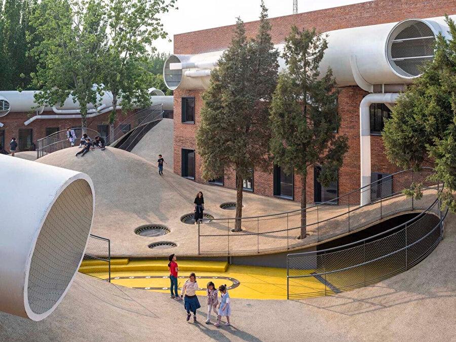Tasarım konseptindeki kompozit mekân, üç mimari unsurun müdahalesiyle inşa ediliyor: Boru, çatı, höyük.