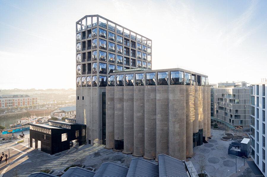 Yapı, yüksekliği destekleyen etkileyici tasarımıyla limanda öne çıkıyor.
