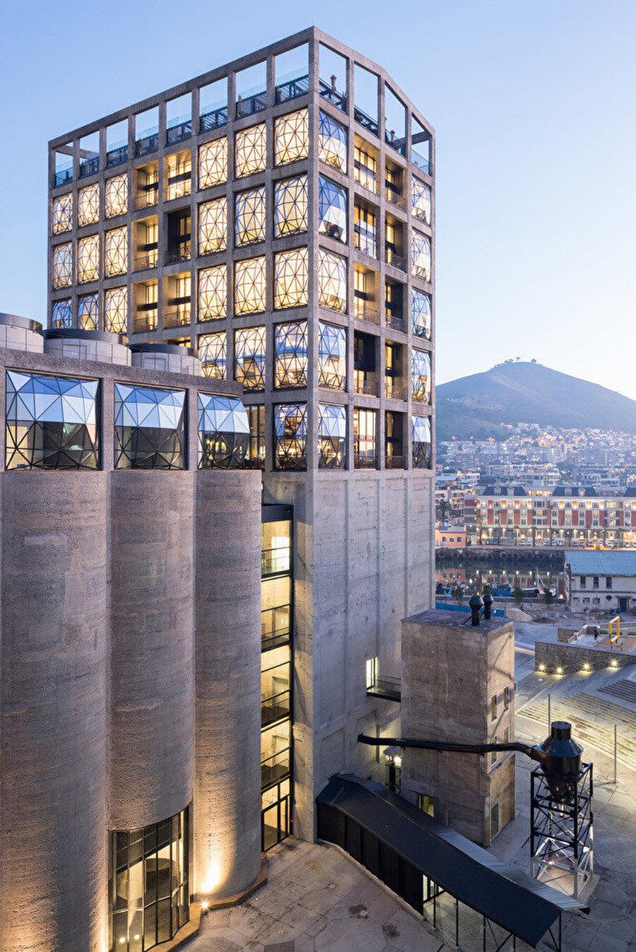 Betonarme yapı iskeletinin boşluklarına yerleştirilen camlar, sürekli değişen ışık oyunları oluşturuyor.