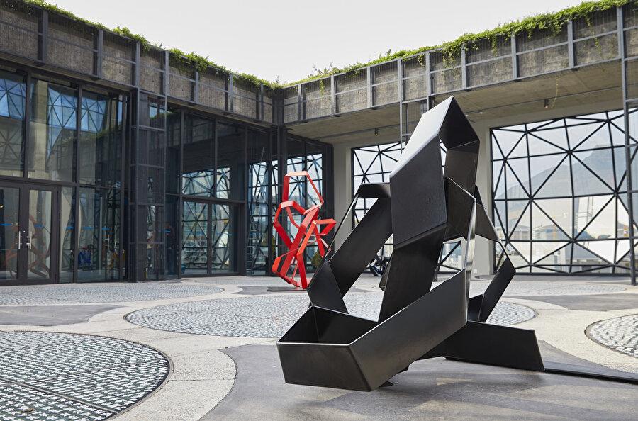 Silonun üzerinde açık havada yer alan heykel bahçesi.