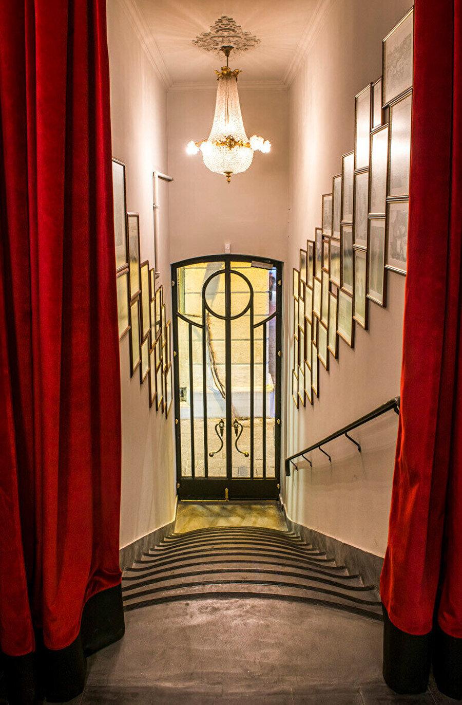 Rejans'ın giriş kapısı ve girişteki taş merdivenleri.
