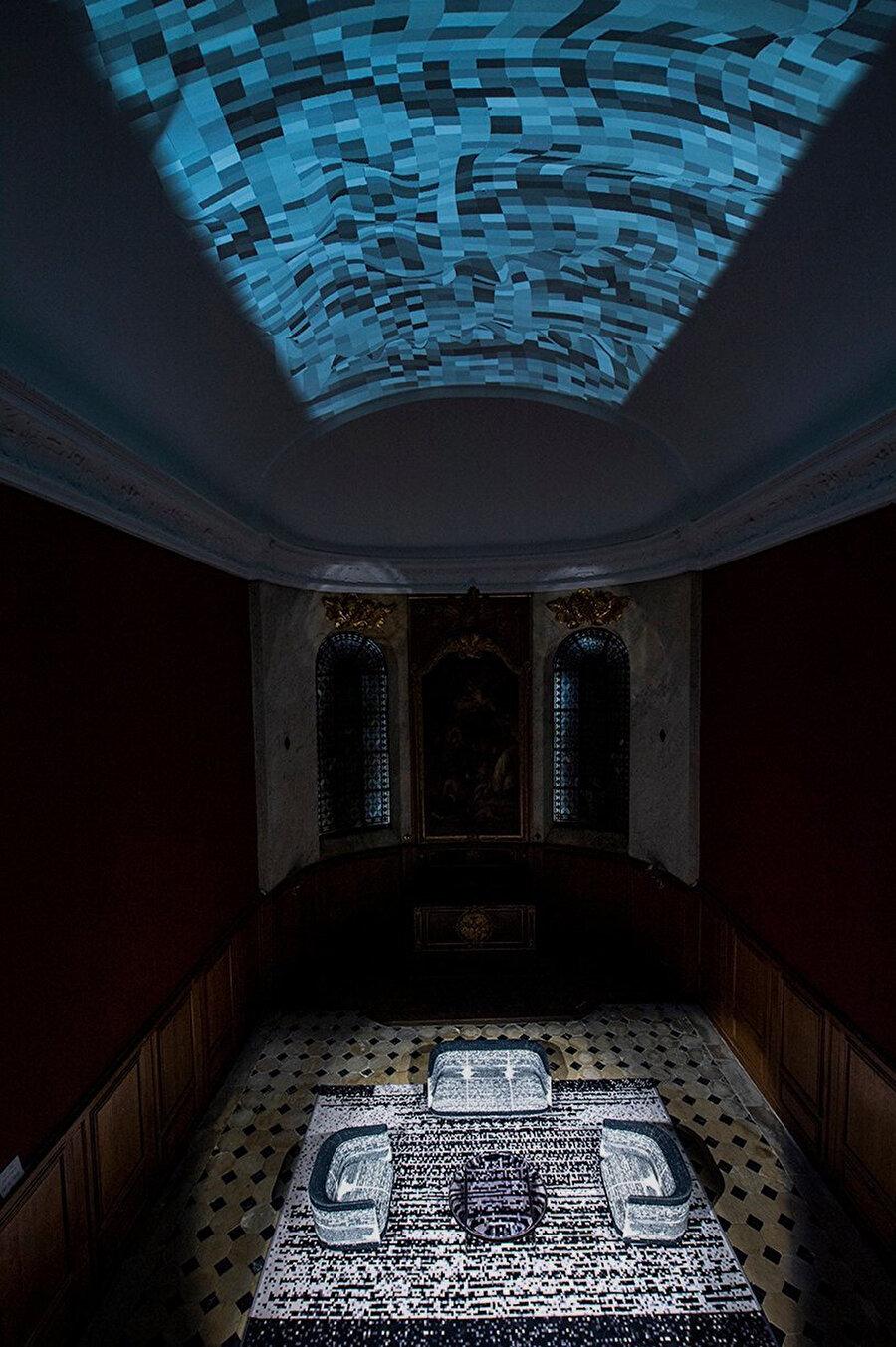 Miguel Chevalier, mobilya koleksiyonunun sunumuna eşlik eden ve Gobelins Şapeli'nin tavanına yansıtılan bir sanal gerçeklik enstalasyonu tasarlıyor.