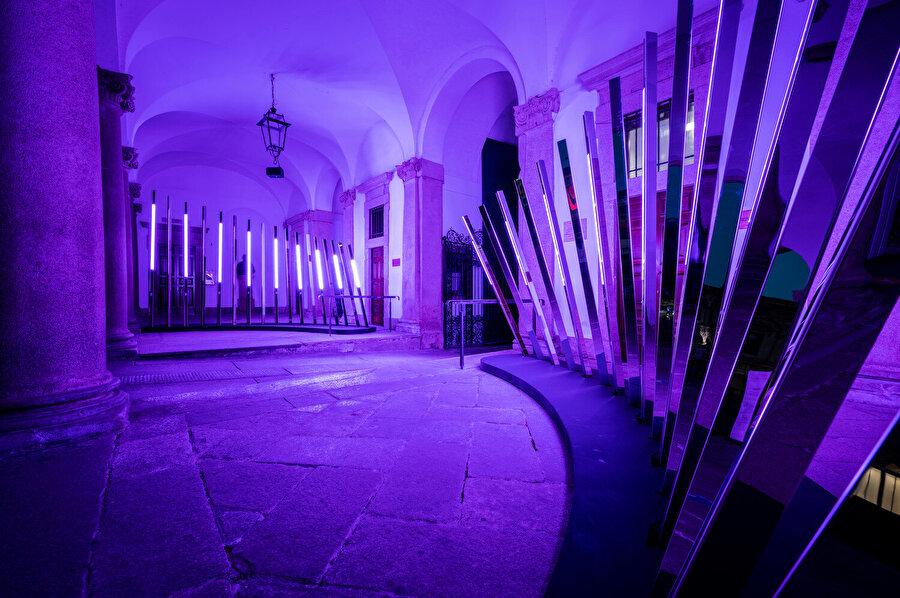 Milano Mimarlık Haftası bünyesinde sergilenen yapı, farklı bir ışık ve ses koreografisi sunuyor.