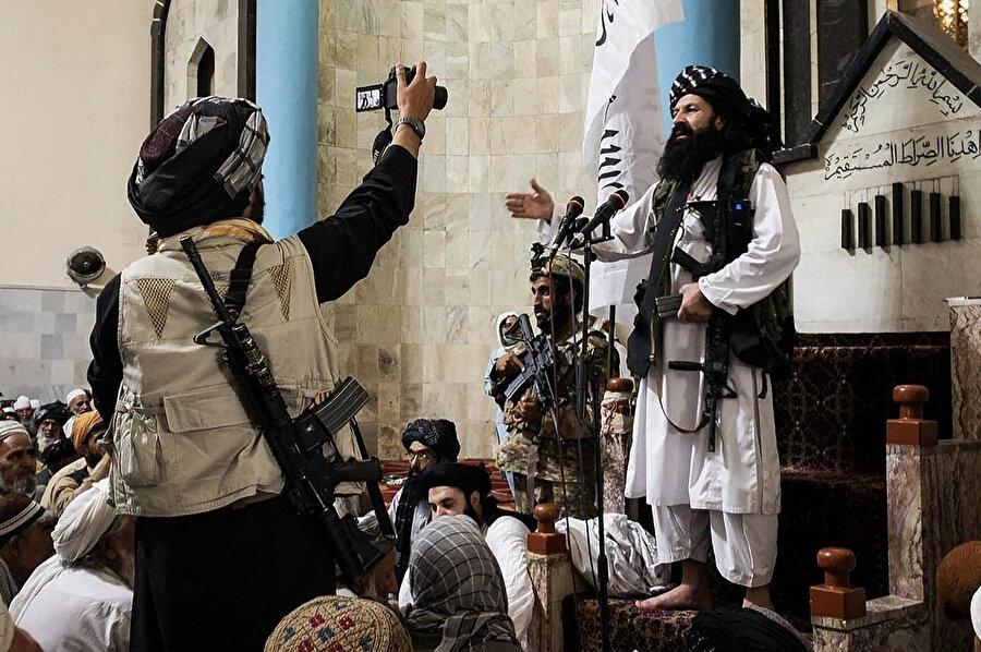 Kabil'in Taliban tarafından ele geçirilmesiyle şehrin güvenlik şefi olarak görevlendirilen Halilurrahman Hakkani cuma günü bir camide halka sesleniyor.