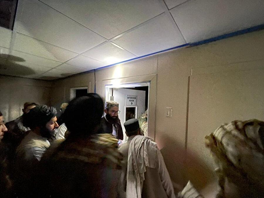 Enes Hakkani, 5 yıl kaldığı Bagram Cezaevi'ndeki hücreyi Taliban yetkililerine ve basın mensuplarına gösterirken.
