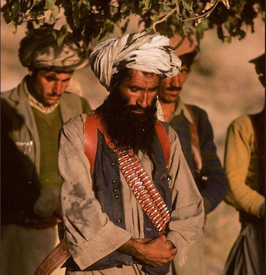 Celaleddin Hakkani'nin savaş yıllarında namaz kılarken çekilen bir fotoğrafı.