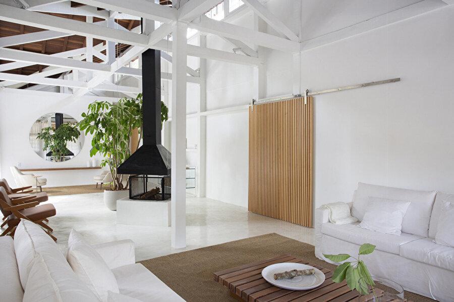 Yüksek tavanlı iç mekan, ferah atmosferi destekliyor.