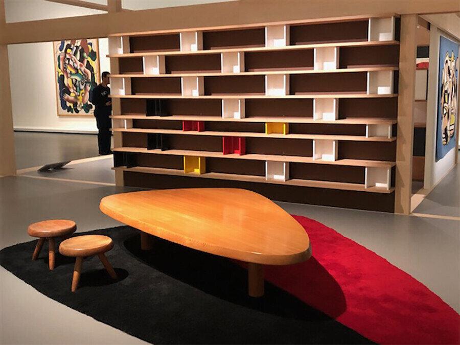 1950'li yıllarda Perriand tasarımı, yün halı ve hinoki selvi ağacından yapılmış sehpa.