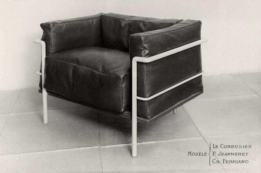 Perriand'ın Le Corbusier ve Pierre Jeanneret ile birlikte tasarladığı ikonik LC2 sandalyenin 1928 modeli.