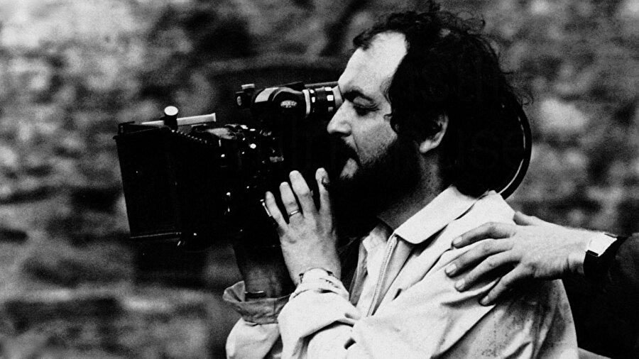 Kubrick sinemasında, mükemmeliyetçi atmosfer dışında yoğun sembolizm ve gerçekçilik görülür.