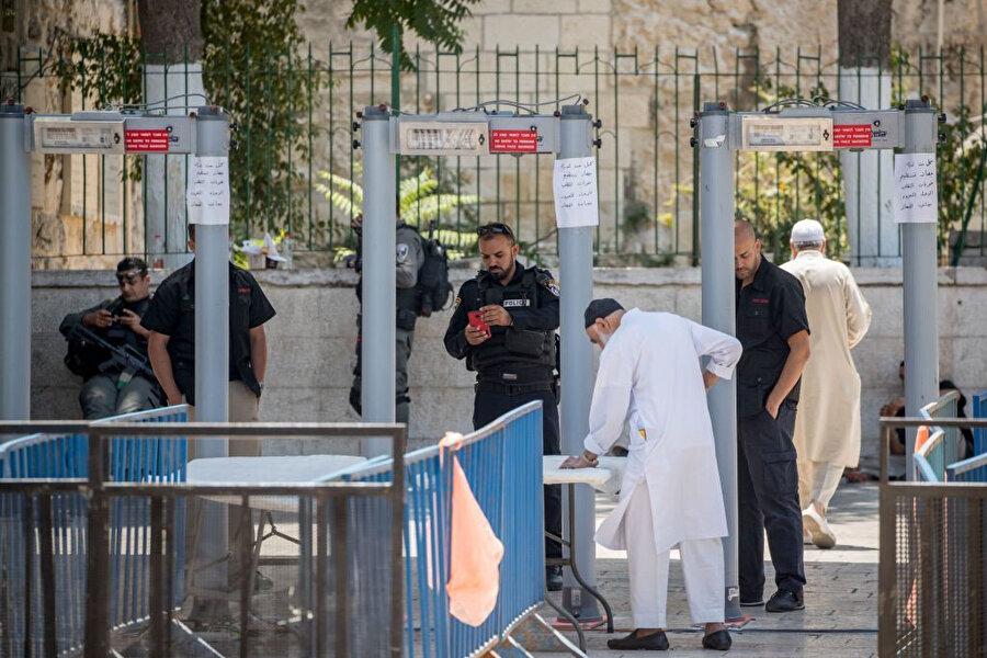 İsrail'in 2017'de Mescid-i Aksa'nın girişlerine koyduğu metal dedektörler büyük tepkilere neden olmuştu.