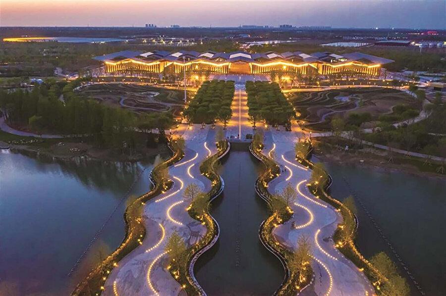 Çin'de farklı il ve bölgelerde bulunan çiçeklerin sergilendiği Fuxing Pavyonu. Fuxing kelimesi gençleşme anlamına geliyor.
