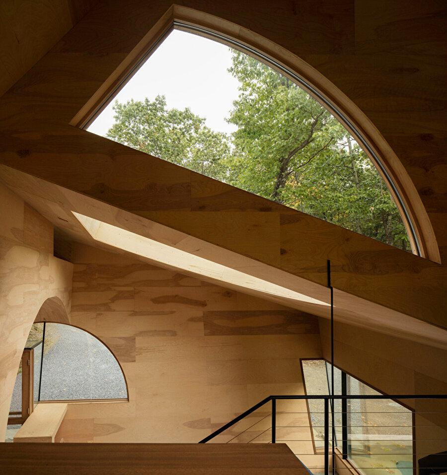 Duvarlarda ve tavanlarda yer alan pencereler sayesinde ev, ihtiyaç duyduğu güneş ışığını alabiliyor.
