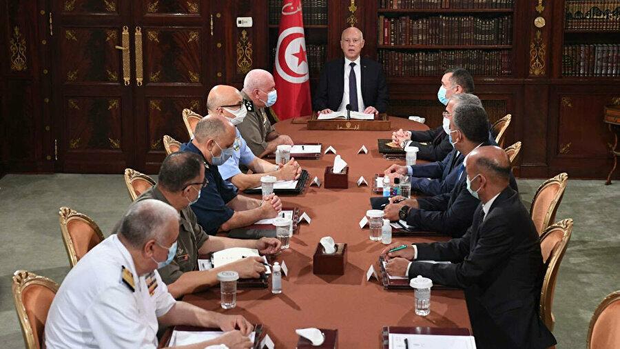 Tunus Cumhurbaşkanı Kays Said, 25 Temmuz'da yayımladığı bir video kayıtla ülke meclisini kapattığını ve Başbakan Hişam el-Meşişi başta olmak üzere bazı bakanları görevinden azlettiğini ilan etmişti.