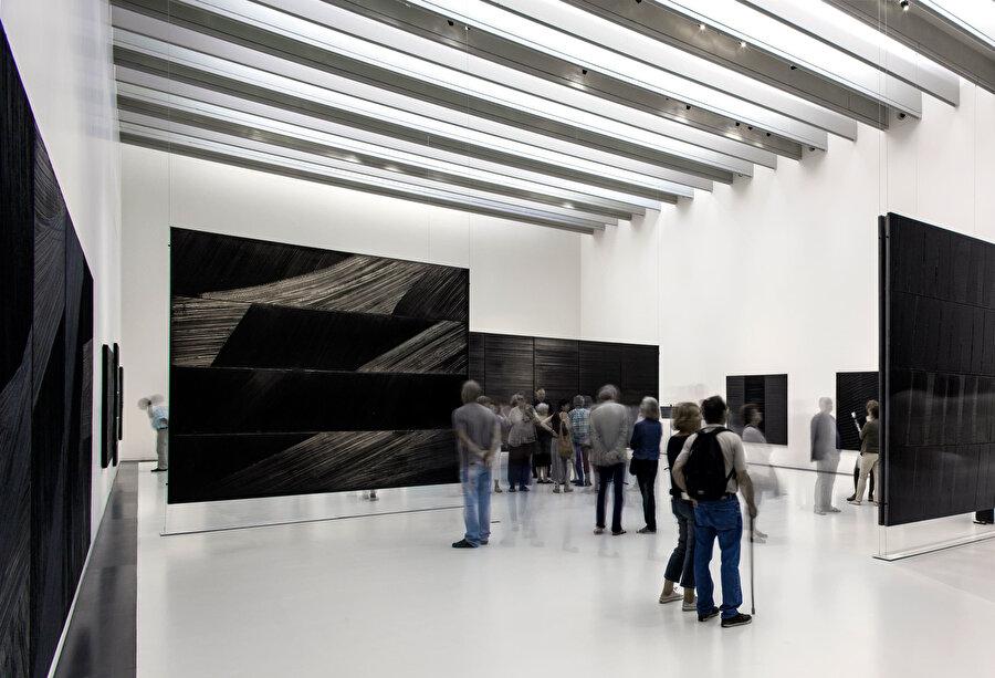 Galeride, sanatçının Outrenoir (siyah ışık) sergisinden tablolar yer alıyor.