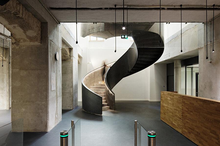 Sarmal merdiven, katları anıtsal şekilde bağlıyor.