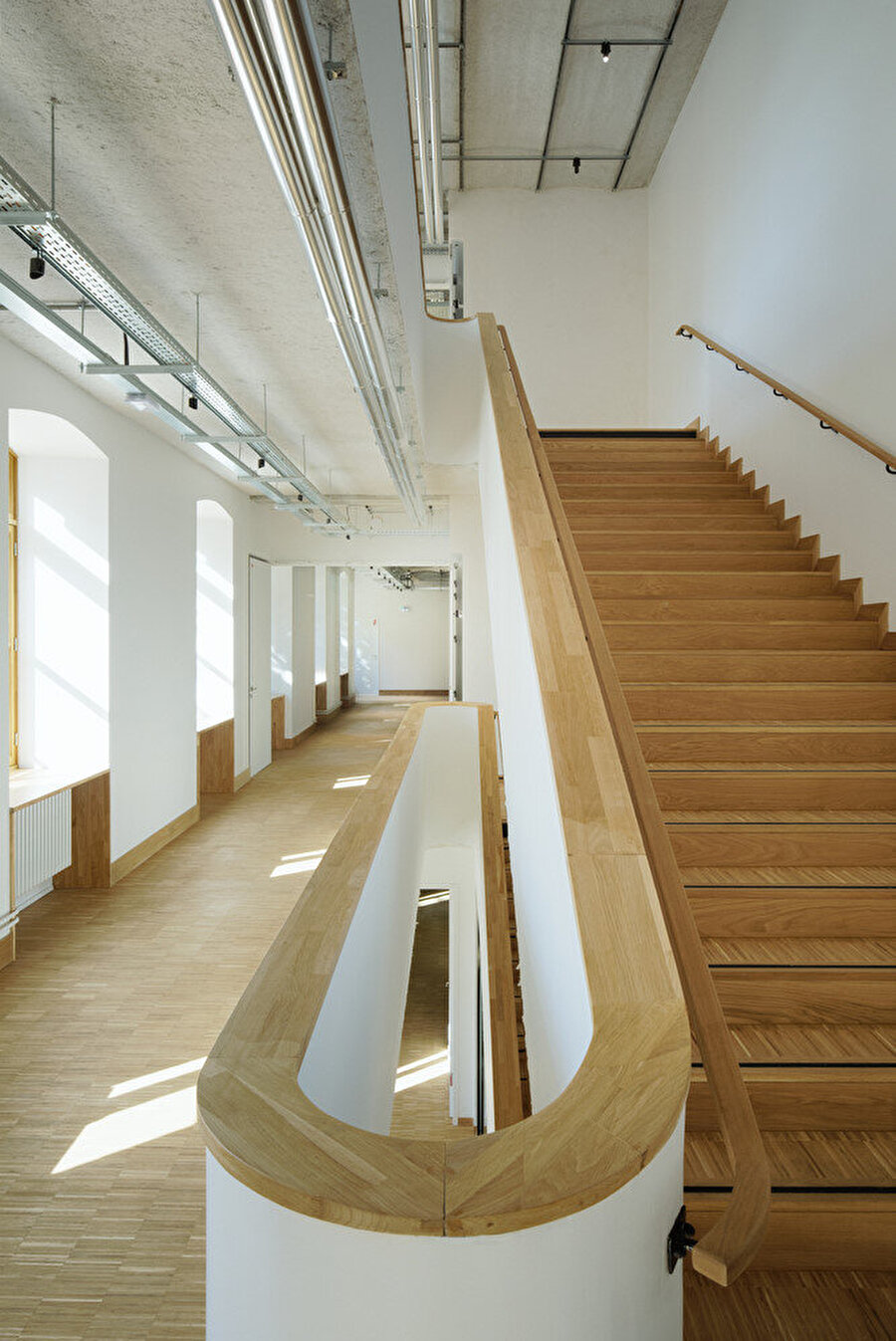 İç mekanlarda çok sayıda merdivenle akıcı sirkülasyon ağı oluşturuluyor.