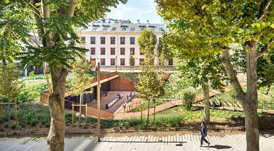 Mevcut çınar ağaçları yapılar ile meydan arasında bir geçiş oluşturuyor.