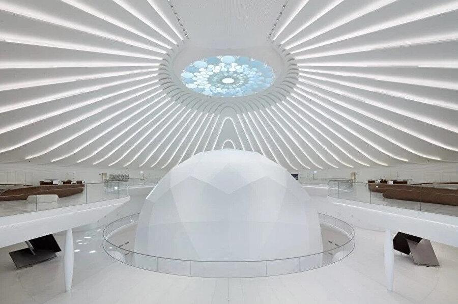 Dubai Expo 2020 logosu şeklindeki çatı penceresi, oditoryumun merkezi etkisini güçlendiriyor.