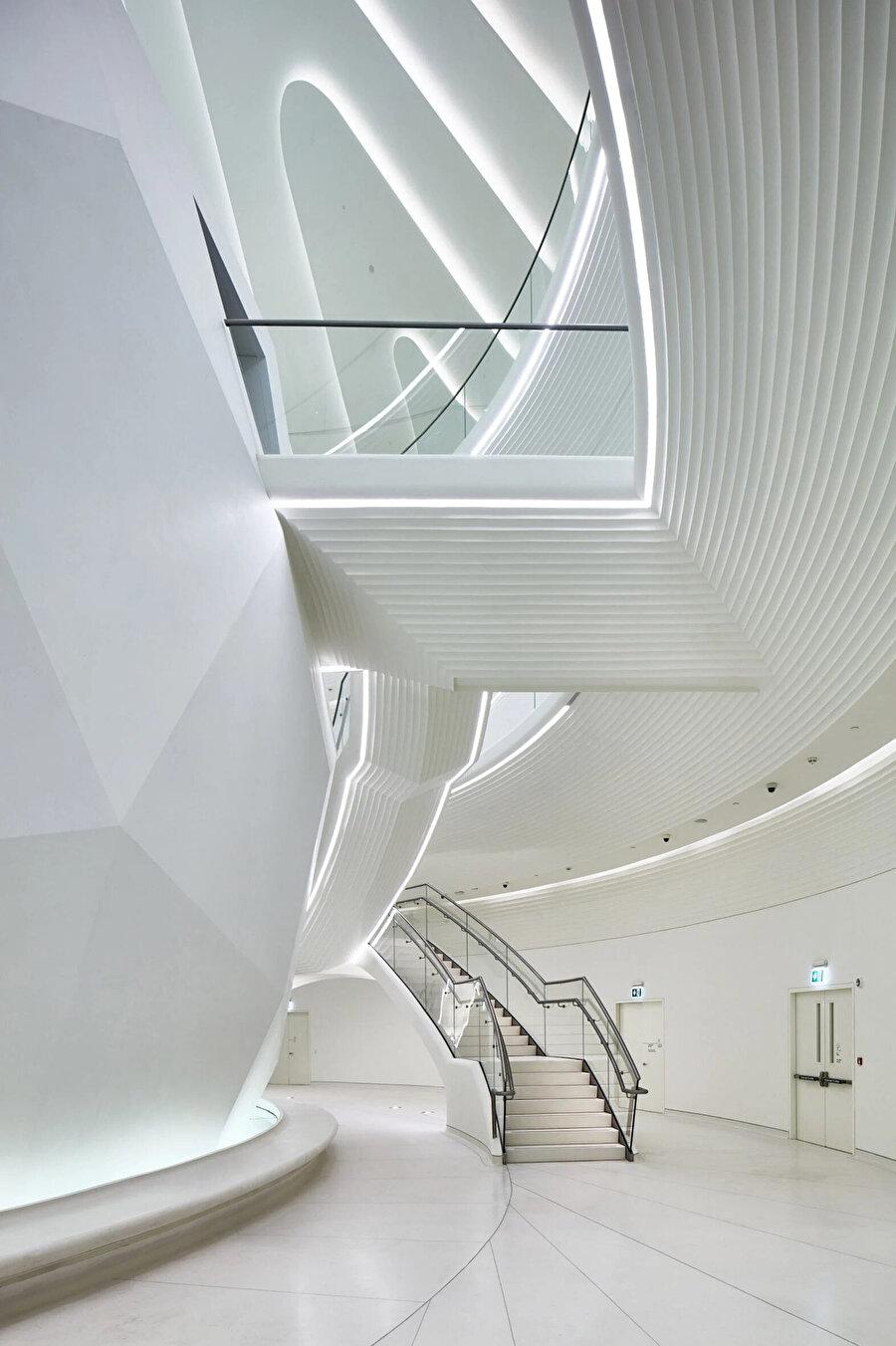 Oditoryum ve açık katlar birbirlerine atriyumdan geçen dev merdivenler ve köprülerle bağlanıyor.
