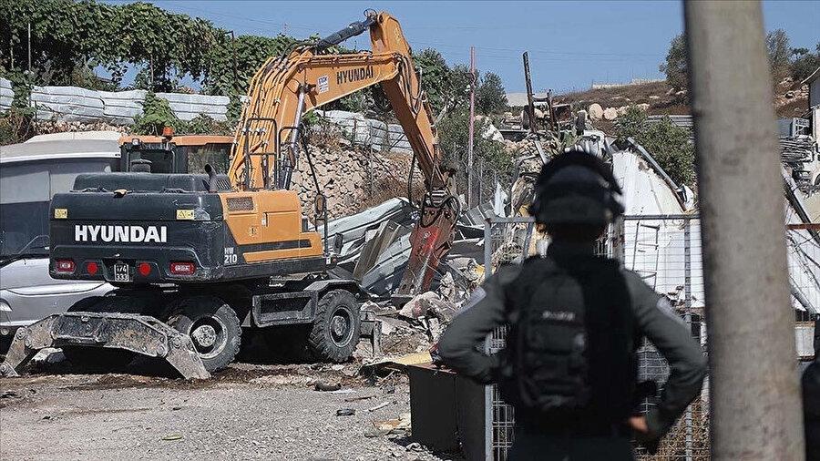 Batı Şeria'da onlarca dükkan ruhsatsız olduğu gerekçesiyle yıkıldı.