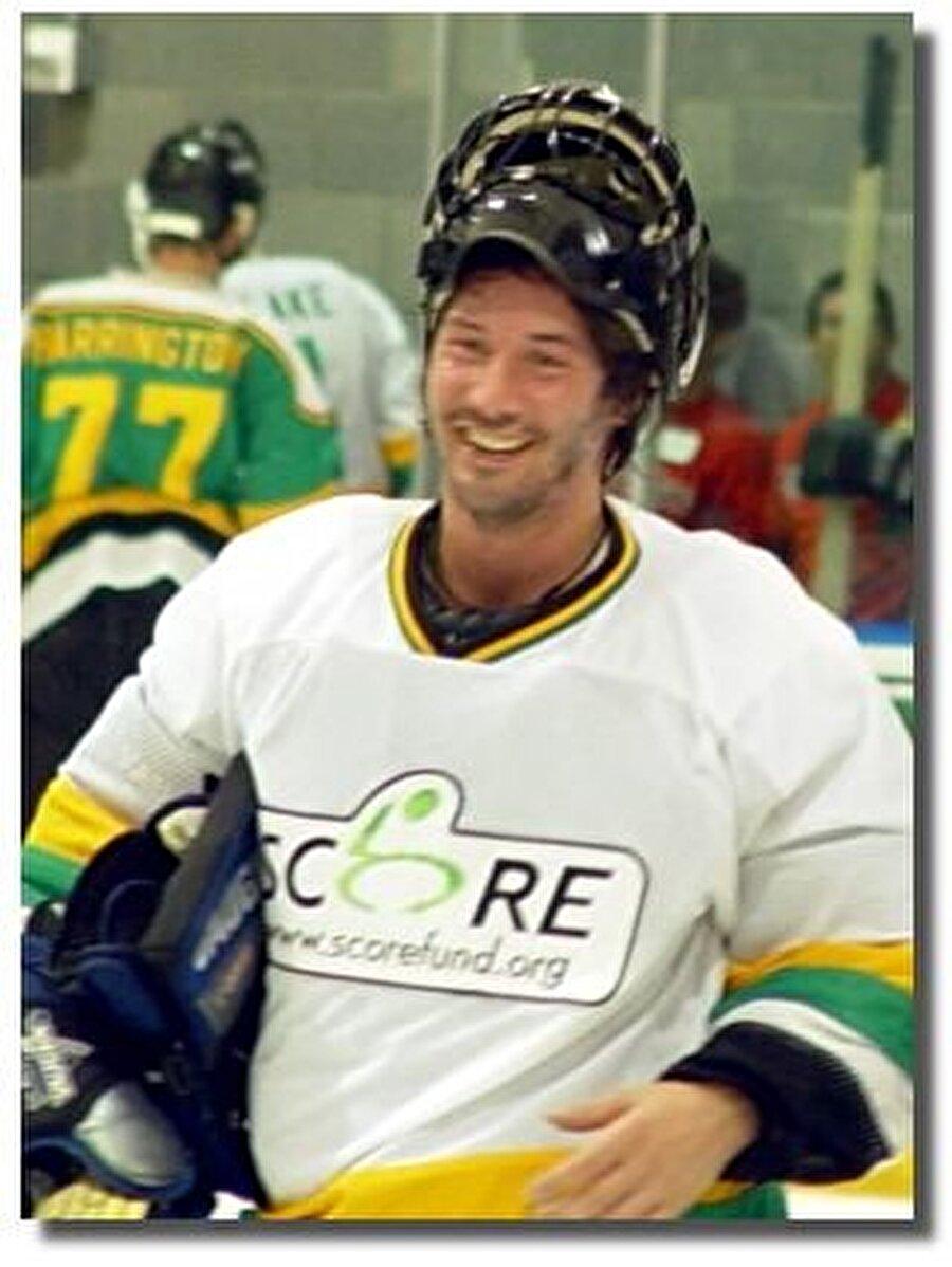 Kanada'da profesyonel hokey oyuncusu takımının yıldızıydı; sakatlanıp sporu bırakmak zorunda kaldı.