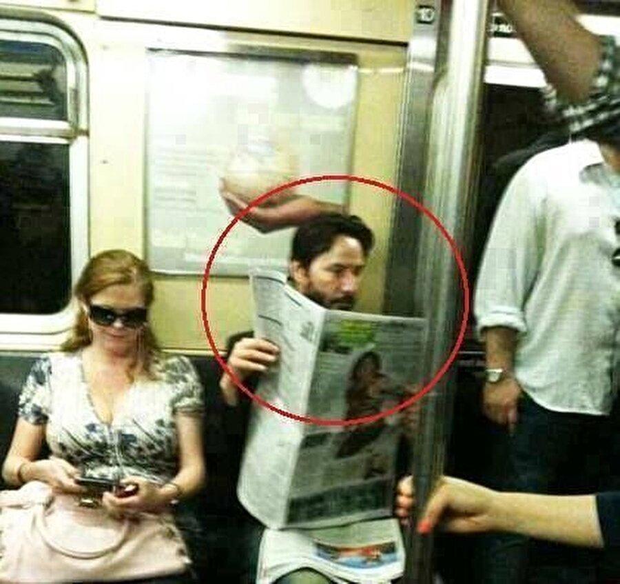 Özel araç yerine metro gibi toplu taşıma araçları kullanıyor. Metroda gazete okurken çekilmiş fotoğrafları basın tarafından ilgi görmüştü.
