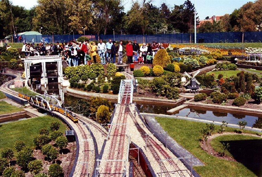 Madurodam, 60 yıldan fazla bir süreçte Hollanda'ya gelen ziyaretçilerin, Hollanda'yı tanıması için iyi bir tanıtım örneği oluşturuyor.