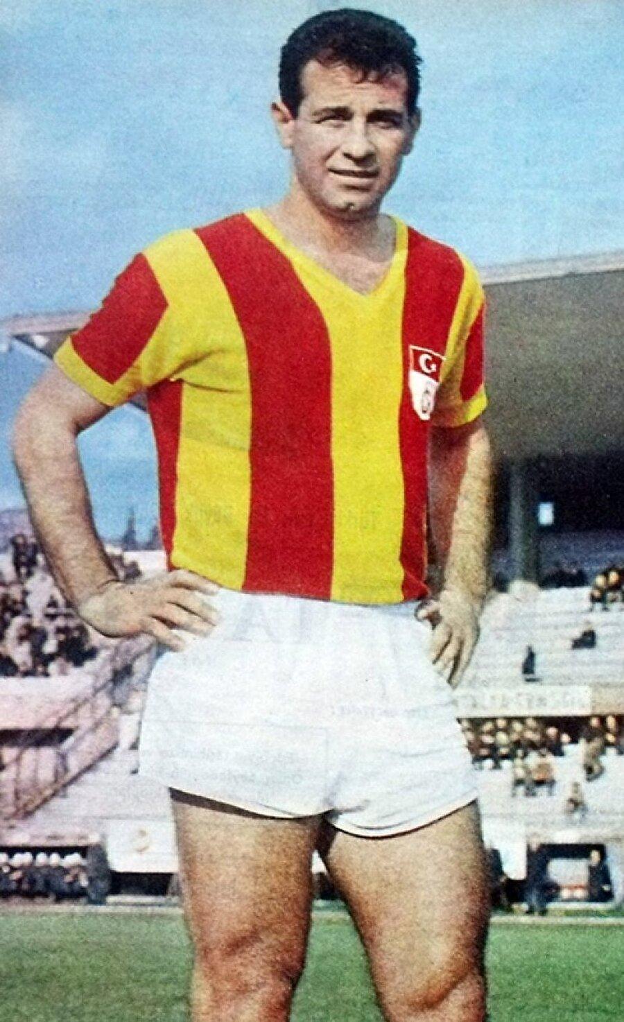 Galatasaray - Metin Oktay                                      Galatasaray tarihinin en önemli isimlerinden olan Metin Oktay, iki ayrı dönemde sarı-kırmızılı formayı giydi. 1955-1961 yılları arasında 144 maçta 157 gol atan Oktay, 1962-1969 arasında ise çıktığı 180 maçta 137 kez fileleri sarstı. Ayrıca Metin Oktay, 10 Haziran 1959'da Fenerbahçe ile Galatasaray arasında oynanan Türkiye Ligi final maçında attığı golle, sarı-lacivertli fileleri yırtmıştı.