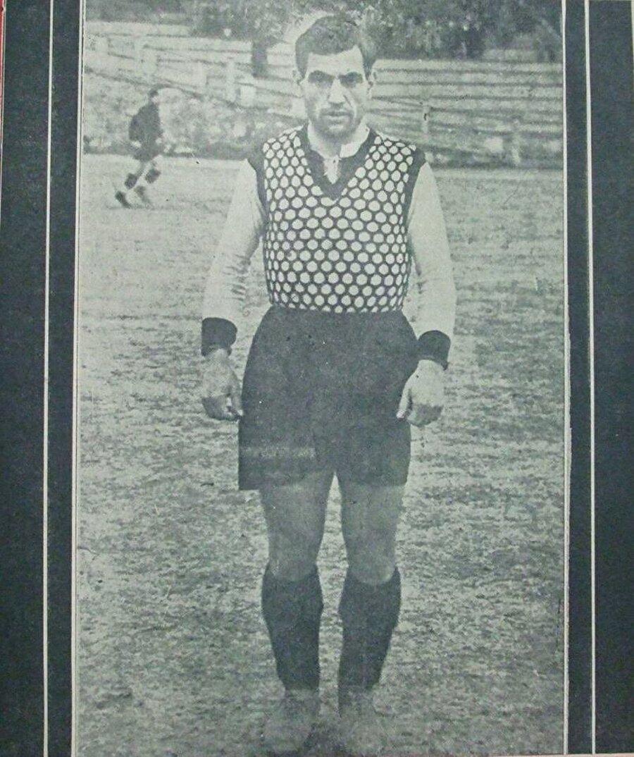 Beşiktaş - Hakkı Yeten                                      Hakkı Yeten… Namı diğer 'Baba Hakkı'. 1931-1948 yılları arasında Beşiktaş formasıyla 439 maça çıkan Hakkı Yeten 382 gol kaydetti. Beşiktaş aşkı ile yaşayan Hakkı Yeten aynı zamanda siyah-beyazlılarda 1960-1968 yıllarında başkanlık görevini de gerçekleştirdi.<o:p></o:p>