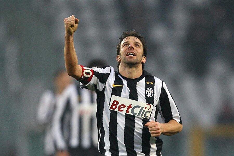 Juventus - Alessandro Del Piero                                      Juventus'un efsane yıldızlarından Del Piero, 1993-2012 yılları arasına birçok başarı sığdırdı. Piero, Juventus formasıyla çıktığı 513 maçta 208 gol attı. Brezilyalı efsane Pele yıllar önce, dünyanın en iyi yüz futbolcusu arasında Piero'yu göstermişti.