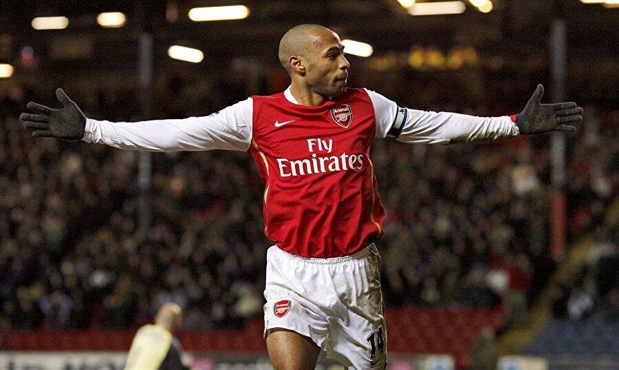 Arsenal -Thierry Henry                                      1999 ile 2007 yılları arasında Arsenal forması giyen Henry, Ada ekibinde sergilediği başarılı futbolla adını dünyaya duyurdu. 8 yıllık Arsenal kariyerinde 254 maça çıkan 174 gol atan Fransız, 2007'de Barcelona'ya transfer oldu. 2010'da New York Red Bulls'a transfer olan Henry, 2012'de Arsenal'e kiralık olarak döndü. Henry bir sezonda 4 maça çıkıp 1 gol attı ve eski günlerini arattı.