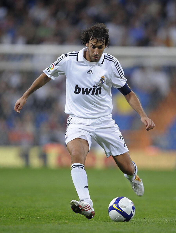 Real Madrid - Raul Gonzalez                                      Real Madrid tarihinin en önemli isimlerinden biri kuşkusuz Raul'dur… 1994-2010 yılları arasında tam 16 senede 228 gol atan Raul, birçok rekor da kırdı. Şampiyonlar Ligi'nde 144 maçta 71 gol atan Raul, söz konusu bu rekoru 2014 yılında yine başka bir Real Madrid'li Ronaldo'ya kaptırdı.