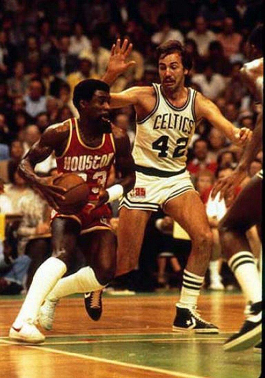 """Calvin Jerome Murphy                                      1,75'lik boyu ile Calvin Jerome Murphy, NBA tarihinin en kısa oyuncularındandır. Kariyeri boyunca Houston Rockets forması giyen Murphy, sayısız başarıya imza attı. 1970-1983 yıllarında NBA'de oynayan Murphy'yi izleyenler ise yeteneklerini anlatmakla bitiremiyor. Murphy'yi izleyenler onu """"Top taşıma becerisi çok yüksekti, çok hızlıydı ve kısa boylu olmasına rağmen sıçrayışlarıyla rakiplere karşı avantaj kazanıyordu"""" ifadeleriyle anlatıyor. Halen Rockets'da görev alan eski sporcu aynı zamanda basketbol yorumculuğu da yapıyor. Öte yandan Murphy'nin 9 ayrı kadından 14 çocuğu bulunuyor."""