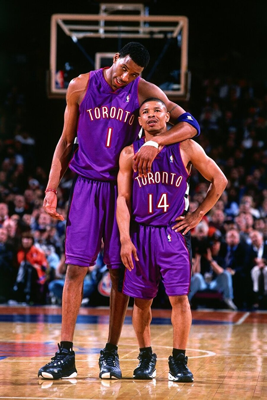 """Muggsy Bogues                                      NBA tarihinin en başarılı isimlerinden olan Muggsy Bogues, 1,60'lık boyuyla basketbolda belki de zor bir işi başardı. 16 yıl NBA'de 4 ayrı takımda oynayan Muggsy Bogues, çocukluğundan itibaren çok çalışarak hedeflerine ulaştığını vurguluyor. Boyu nedeniyle her zaman sıkıntılarla karşılaştığını ancak çalışmaktan hiçbir zaman vazgeçmediğini belirten Bogues """"Her zaman kendime inandım. Çok çalışarak kısa boyumun farkını kapattım. Çocukken herkes hayalimle alay ederdi. Ancak ben tüm bunlara rağmen yılmadım. Gençlere de en büyük tavsiyem, hedeflerinin peşinde koşmaları"""" diyor. Profesyonel basketbolculuk kariyerinin ardından antrenörlük yapan Bogues ayrıca gayrimenkul işiyle de ilgileniyor."""