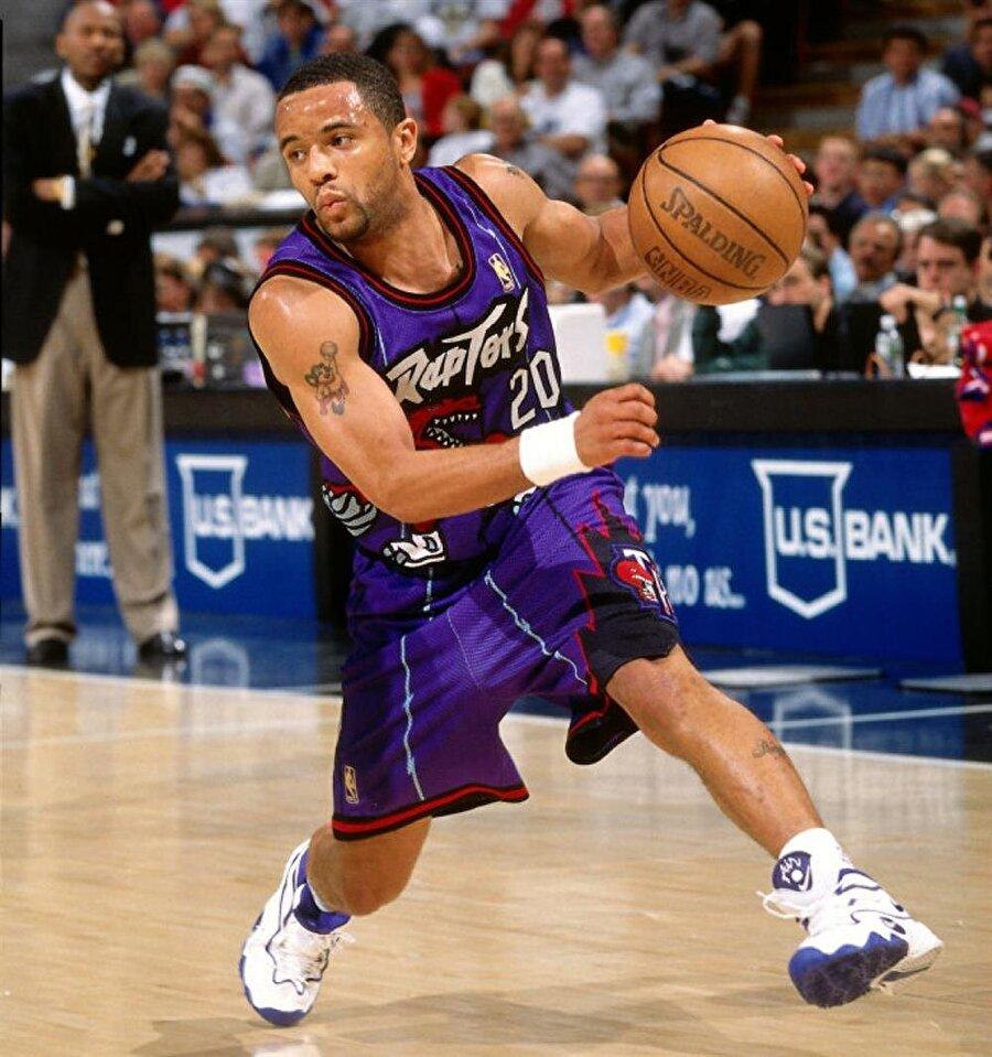 """Damon Stoudamire                                      1973 doğumlu Damon Lamon Stoudamire, 1,78'lik boyuyla NBA'de forma giydi. Kariyeri boyunca """"Boyuna rağmen yıldırım gibi hızlı"""" şeklinde tabir edilen Stoudamire, 2008 yılında San Antonio Spurs formasıyla basketbola veda etti. Stoudamire, 1995-1996 yılında NBA'de 'Yılın Çaylağı' ödülünü kazandı. Kariyerine antrenör olarak devam eden Stoudamir, Pacific Tigers Men's takımını çalıştırıyor. Öte yandan, Stoudamire 2003'te uyuşturucu bulundurmaktan tutuklandı. Aldığı rehabilitasyondan sonra kefaletle serbest kaldı."""