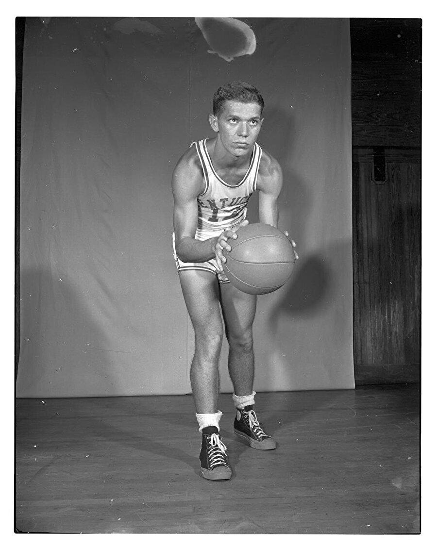Ralph Beard                                      29 Kasım 2007 tarihinde 80 yaşında hayata gözlerini yuman Ralph Beard, yetenekleriyle olduğu kadar boyuyla da dikkat çekti. 1,78 boyundaki Beard, NBA'da Kentucky forması giydi. 1948 yılında yapılan Yaz Olimpiyatları'nda ABD Milli Takımı'nda bulunan Beard, altın madalyayı da kariyerine ekledi. Beard'ın adı 1951 yılında şikeye de karıştı.
