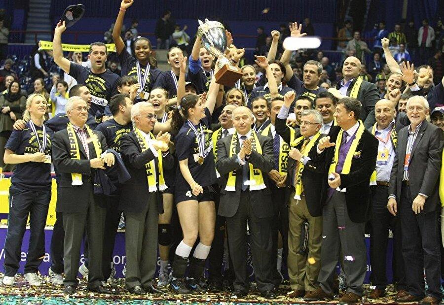 Bir günde iki kupa Sarı-lacivertli kulübün en başarılı branşlarından biri de kadın voleybol. Sarı Melekler, Türkiye Ligi'nde 2008-09, 2009-10, 2010-11 ve 2014-15 sezonlarında şampiyonluk yaşadı. 2009-2010'da Fenerbahçe, FIVB Dünya Kulüpler Şampiyonası'nda şampiyon oldu. 2011-2012 sezonunda sarı-lacivertliler Avrupa Kadınlar Voleybol Şampiyonlar Ligi'nde mutlu sona ulaştı. 2013-2014 ise erkek voleybol takımıyla aynı gün Avrupa Kadınlar CEV Kupası'nı kazandı. Fenerbahçe aynı gün iki ayrı branşta şampiyon olarak büyük bir zafere imza atmıştı.