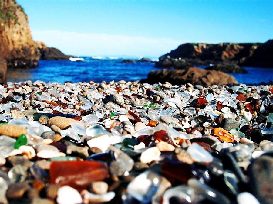 Glass Beach                                      Amerika'nın Kaliforniya eyaletinde bulunan 'Glass Beach' yani Cam Plajı'nın oluşumu son derece ilginç. Plaj 1940'lı yıllarda çöplük olarak kullanılıyordu. Plajın 18 yıl boyunca çöplük olarak kullanmasının doğaya zarar verdiğini düşünen yetkililer, temizleme çalışmalarına başladı. Plaj çöplerden arındığında ise ortaya ilginç bir manzara çıktı. Yıllar boyu kumun üzerinde biriken camlar, keskinliğini kaybedip ilginç şekiller almış. Camlardan oluşan kumları ise yıl içinde birçok turist ziyaret ediyor. Plajda birçok güvenlik görevlisi bulunuyor ve turistlerin söz konusu cam kumlarını almasına engel oluyor.