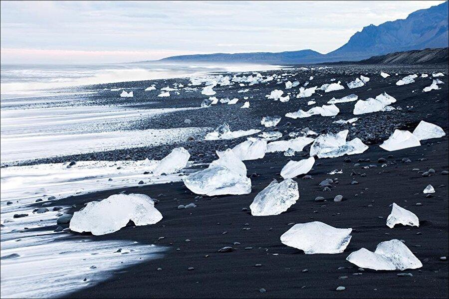Jokulsarlon Black Sand Beach                                      İzlanda'da bulunan plaj, siyah kumlarıyla şaşırtıyor. Volkanik olaylar nedeniyle siyah kumlara sahip olan plajda soğuk hava nedeniyle buzlarında bulunması da farklı bir manzara oluşturuyor. Turistler burayı yüzmek ve güneşlenmek için değil, güzel doğasını yaşamak için tercih ediyor.