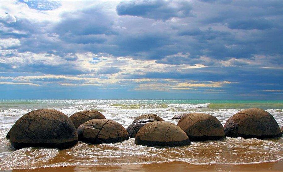 Koekohe in Beach                                      Yeni Zelanda'da bulunan sahilde yer alan kayalar son derece dikkat çekici. Gelgit olayının etkisiyle oluşan büyüklü-küçüklü taşlar değişik bir manzaraya neden olmuş durumda. İşin ilginç tarafı ise hiçbir kayanın aynı boyutta olmaması. Söz konusu bu kayalarla ilgili ülkede birçok efsane de anlatılıyor.