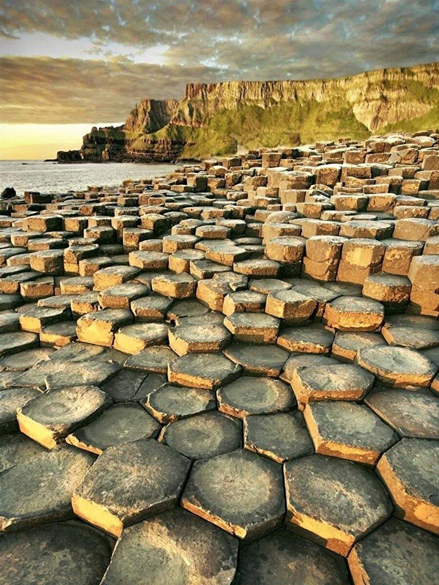 Giants Causeway                                      Kuzey İrlanda'da bulunan Giants Causeway, dünya mirasları arasında yer almaktadır. İlginç şekiller, 50-60 milyon yıl önce lavlarının yükselmesi sonucunda oluşmuş. Söz konusu yer Kuzey İrlanda'nın en çok ziyaret edilen turistlik bölgesidir.
